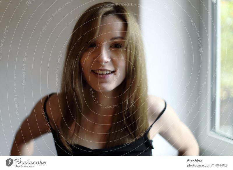 so zwischendrin argumentiert Junge Frau Jugendliche Gesicht 18-30 Jahre Erwachsene Fenster Trägershirt brünett langhaarig Bewegung Kommunizieren Lächeln