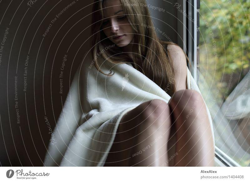 frischer herbst schön Körperpflege Fenster Decke Junge Frau Jugendliche Gesicht Knie 18-30 Jahre Erwachsene brünett langhaarig sitzen träumen warten ästhetisch