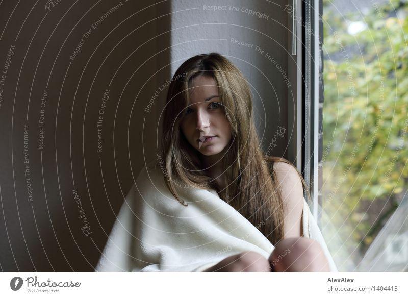 hinter dem Fenster Wohlgefühl Erholung Junge Frau Jugendliche 18-30 Jahre Erwachsene Decke brünett langhaarig sitzen ästhetisch authentisch schön einzigartig