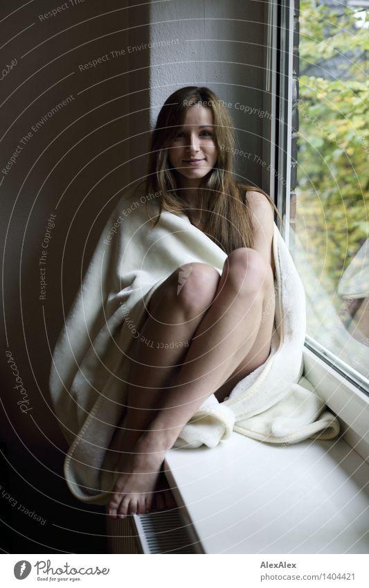ruhiger Sonntagsspaziergang Jugendliche schön Junge Frau Erholung 18-30 Jahre Fenster Gesicht Erwachsene natürlich feminin Glück Beine Zufriedenheit sitzen