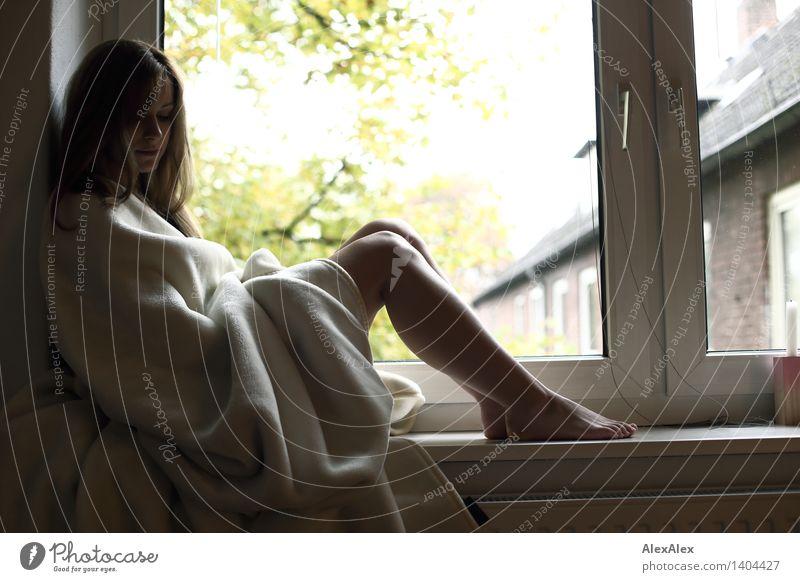 warm harmonisch Wohlgefühl Erholung Wohnung Fenster Junge Frau Jugendliche Beine Fuß 18-30 Jahre Erwachsene Schönes Wetter Baum Decke Barfuß brünett langhaarig