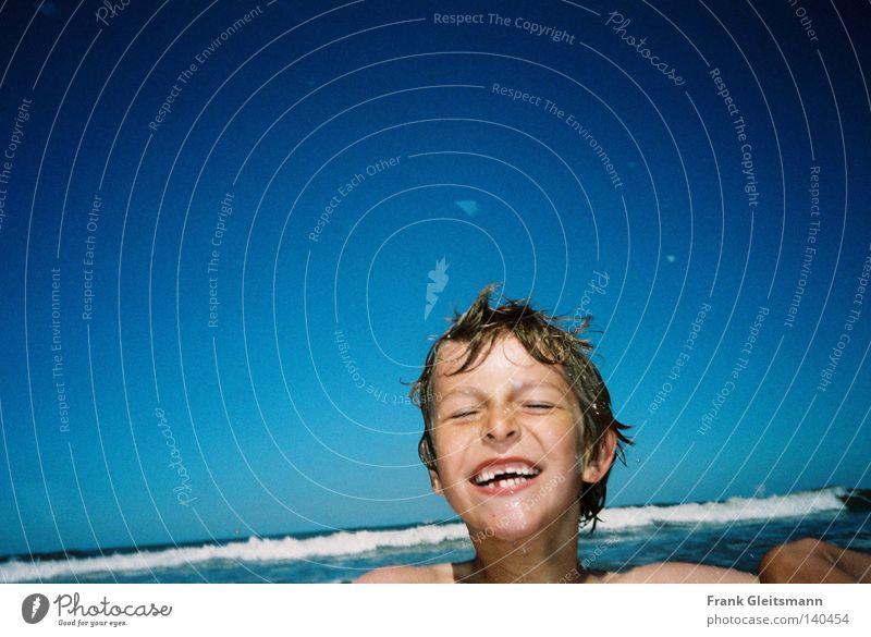 Freude Kind weiß Meer blau Ferien & Urlaub & Reisen kalt Junge Freiheit Glück lachen Haare & Frisuren Wellen nass frei