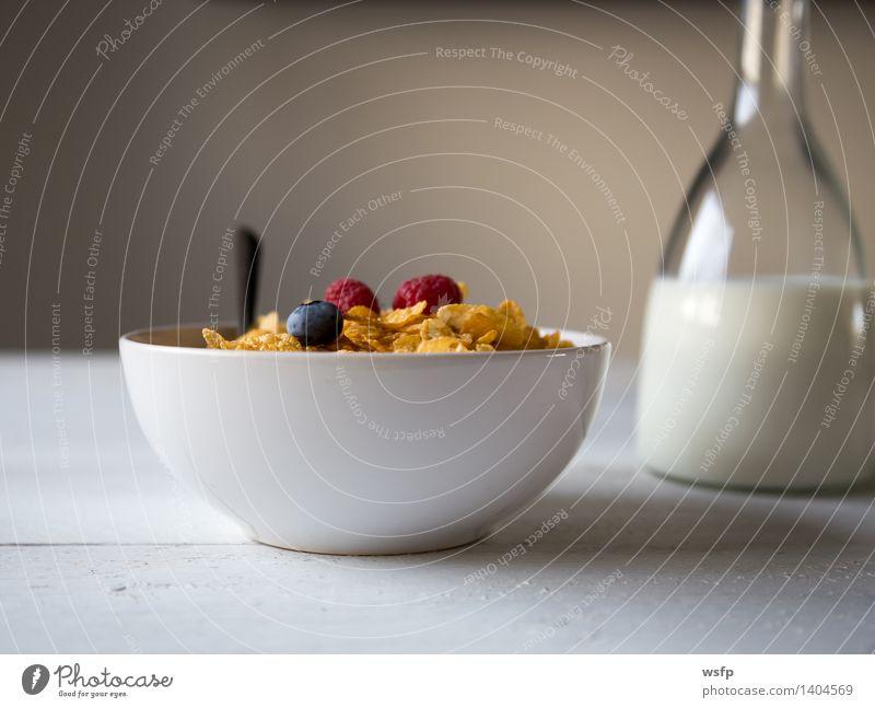 Cornflakes in einer Schale Frucht Apfel Frühstück Milch Schalen & Schüsseln Holz Frühstücksflocken Flocke Querschnitt Blaubeeren Zerealien Himbeer Müsli