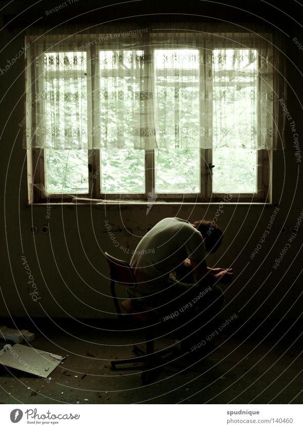 was bleibt. Fenster Vorhang Licht Stuhl Bürostuhl sitzen Hocker hocken dunkel Trauer verloren ruhig trüb Schicksal Einsamkeit weinen Müdigkeit verfallen