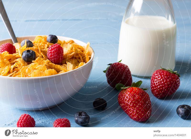 Cornflakes in einer Schale Frucht Apfel Frühstück Milch Schalen & Schüsseln Holz blau Frühstücksflocken Flocke Blaubeeren Zerealien Himbeer Müsli Erdbeeren Korn
