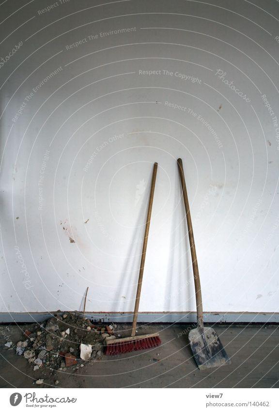 Besenrein Schaufel Reinigen Pause besuchen begegnen Umzug (Wohnungswechsel) Renovieren Modernisierung Baustelle Bodenbelag Wand Besenstiel schaufeln dreckig