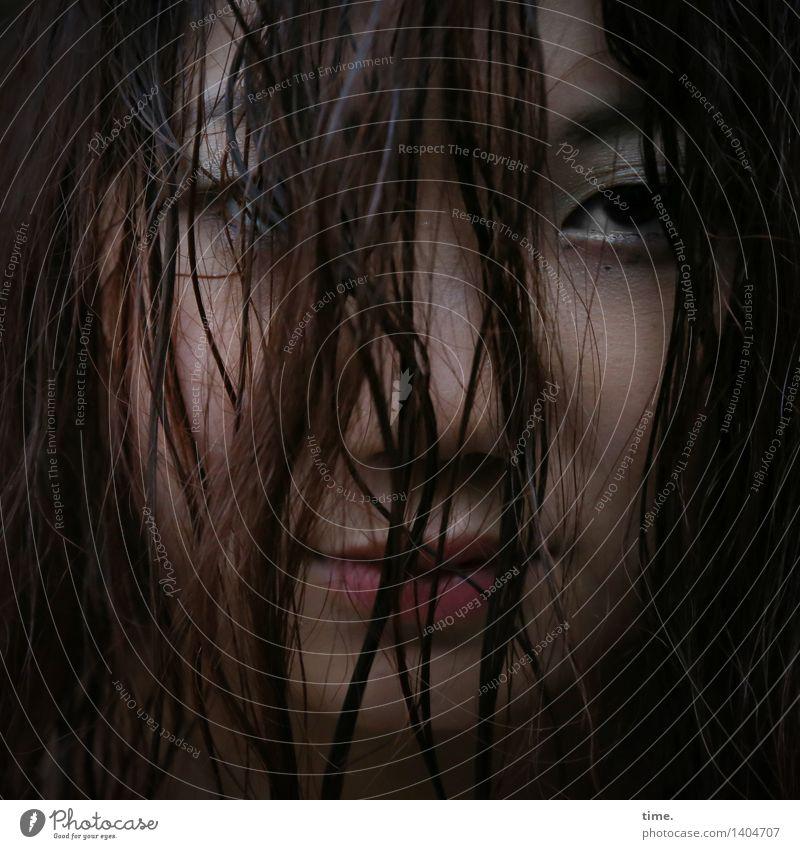. feminin 1 Mensch schwarzhaarig rothaarig langhaarig Haarsträhne beobachten Denken Blick warten selbstbewußt Leidenschaft Sicherheit Schutz Wachsamkeit Sorge
