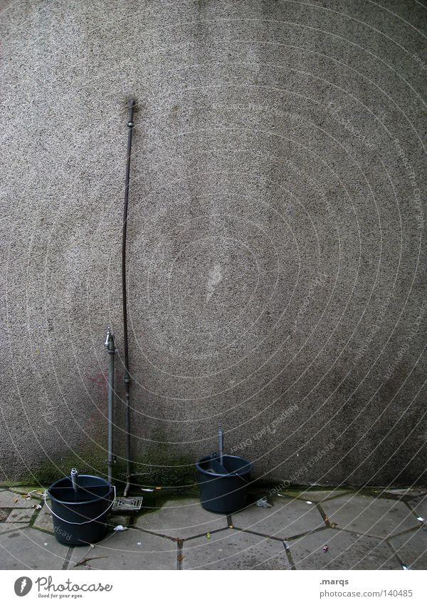 Carwash Wasser blau dunkel grau Reinigen Dienstleistungsgewerbe obskur Wäsche krumm Wasserhahn Eimer Tankstelle Autowaschanlage