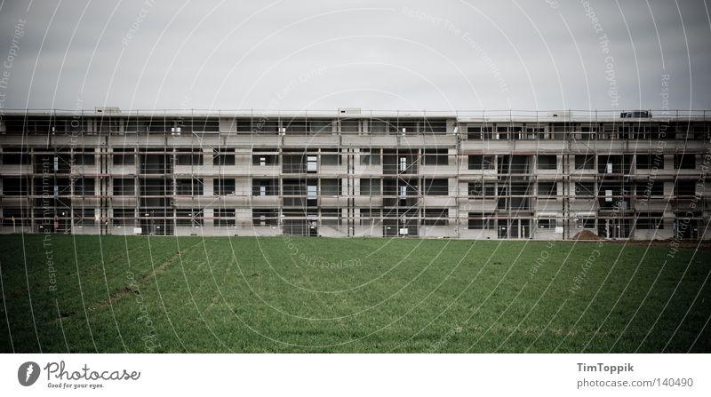 Das Leben ist eine Baustelle Himmel dunkel Wiese Gras groß Rasen Baustelle Material Bauarbeiter Panorama (Bildformat) Baugerüst Wohnsiedlung Neubau unvollendet Gerüstbauer