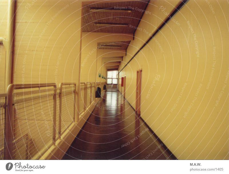 Der Flur gelb Schule Schulgebäude Flur Fototechnik