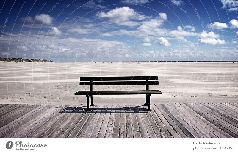 Sandbank Bank leer Einsamkeit Ferne Holz alt verwittert Steg Strand Meer Küste Stranddüne Strandkorb Himmel Wolken Ebbe Schiffsplanken frei Freiheit ruhig