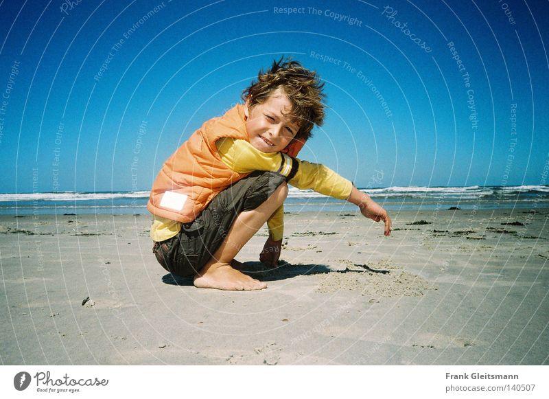 Farben Kind Meer blau Strand Ferien & Urlaub & Reisen Junge lachen Sand Küste Wind Reisefotografie Sturm Kindheit Schönes Wetter Nordsee