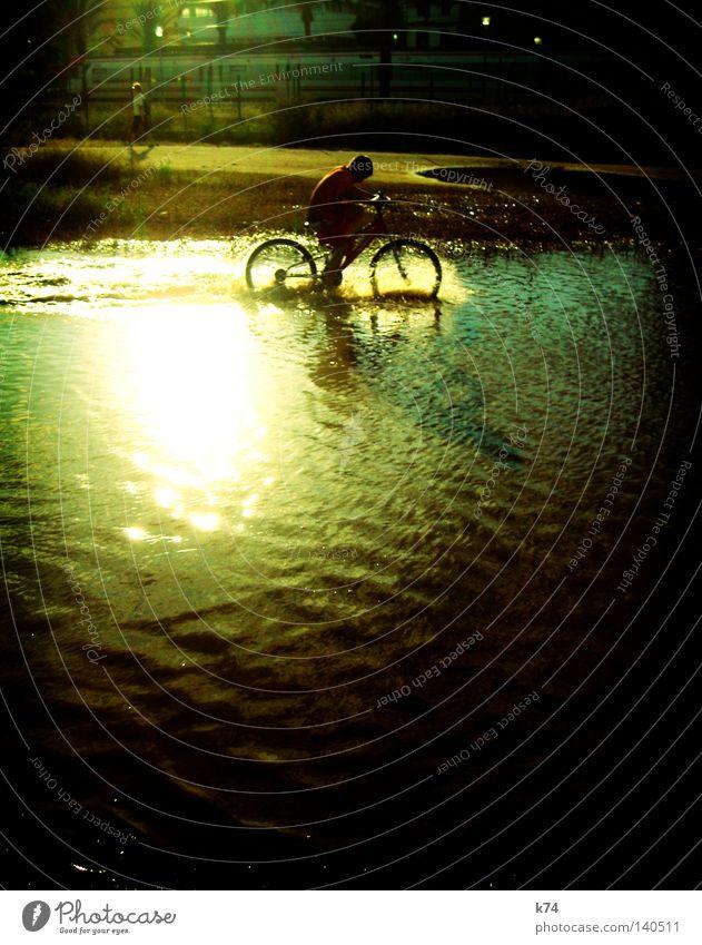 Fahrradkinder Mensch Wasser Freude Spielen Glück Eisenbahn Lebensfreude Erfrischung Reifen Pfütze toben Kühlung Hochwasser Geplätscher
