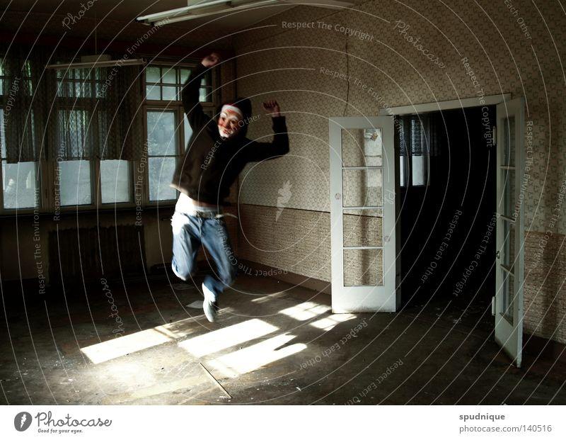 _ alt Freude Einsamkeit springen Spielen Fenster Freiheit Tanzen Raum Kraft Feste & Feiern Tür leer Bodenbelag Maske
