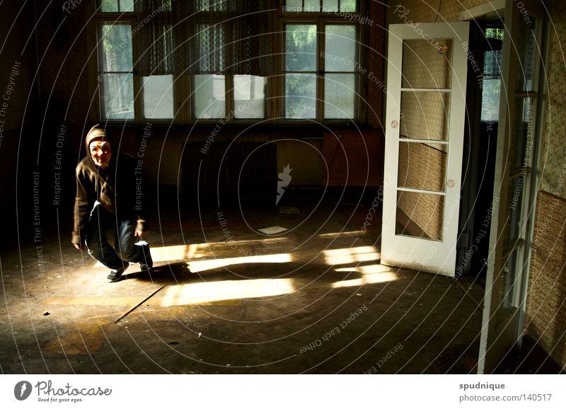rumpelstielzchen. er tanzt immer noch Flur Raum Fenster Licht Tanzfläche Bodenbelag springen hüpfen verfallen Freude Vergänglichkeit Tür Schatten Tanzen Maske