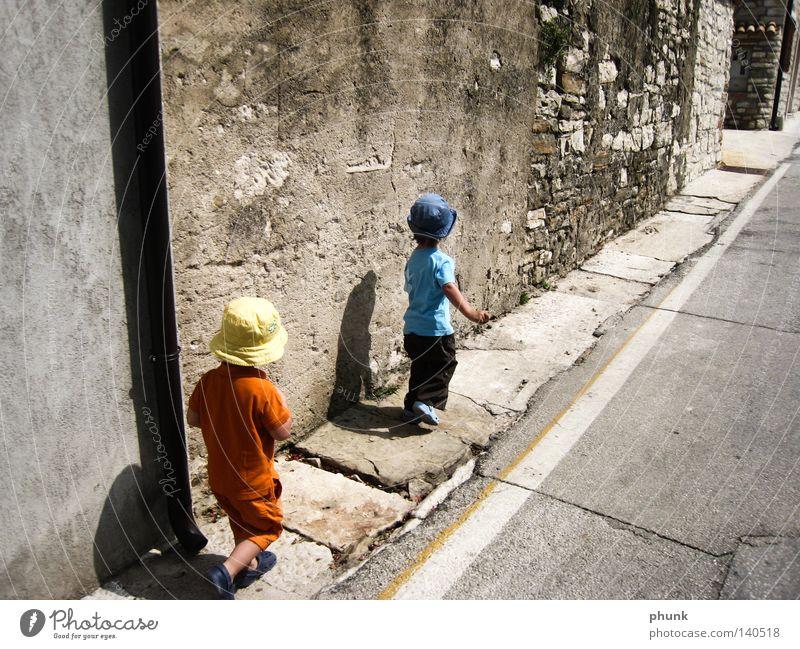 zwerge mit schatten Kind Sommer Freude Ferien & Urlaub & Reisen Straße Familie & Verwandtschaft klein Schatten Italien entdecken Kleinkind Süden Expedition