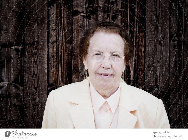 Engel Frau alt weiß Senior schwarz Wand Holz Porträt elegant Mensch Ordnung Brille Großmutter Jacke Holzbrett edel