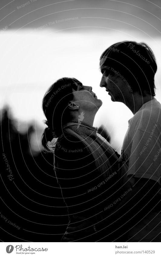 Love is in the Air Gesicht Frau Erwachsene Mann Paar Jugendliche Bekleidung Schal Küssen Liebe Umarmen Zusammensein schwarz weiß Gefühle Romantik Liebesaffäre 2
