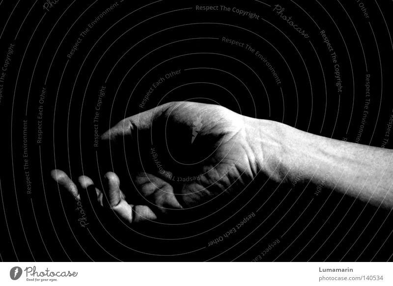 time is a jailer Hand Handfläche Finger dunkel leer offen bequem flau verwundbar verlieren schlafen Müdigkeit Schwarzweißfoto Schwäche Fingerspitzen Untätigkeit
