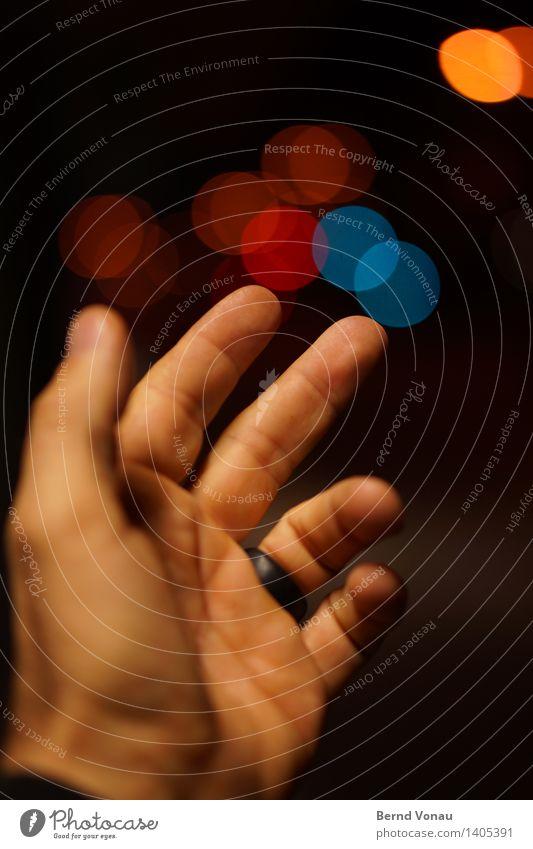 Traum | Fänger Mensch maskulin Hand Finger 1 45-60 Jahre Erwachsene mehrfarbig fangen werfen Kreis Lampe Verkehr PKW Haut Straße abstrakt blau rot orange