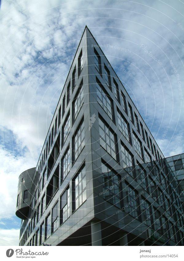AOK Gebäude in Ulm Himmel Wolken Fenster Architektur Perspektive