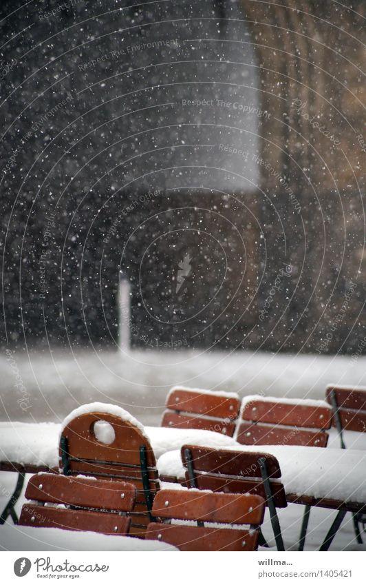 Herr Ober, wo ist mein Bierdeckel!? Gastronomie Winter Schnee Schneefall kalt Biergarten Straßencafé Stuhl Tisch Schneeflocke Schneedecke Flockenwirbel