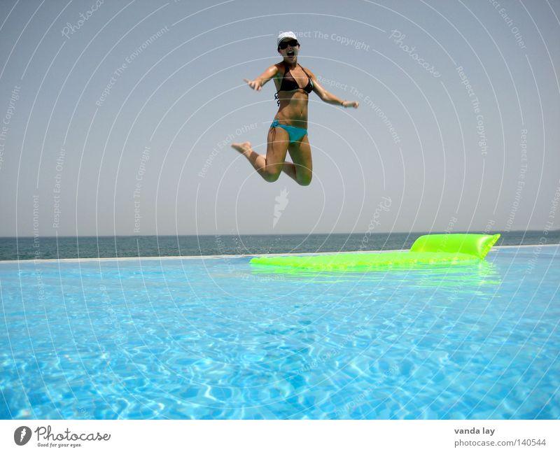 Hoch hinaus Frau Wasser grün schön Ferien & Urlaub & Reisen Sommer Meer Freude Freiheit springen Luft Horizont Körper Schwimmen & Baden nass fliegen