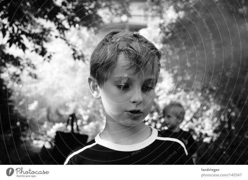 Hanni 2 Kind schwarz weiß Spielen Licht dunkel Beginn Baum Wald Waldlichtung kopflos Haare & Frisuren Blick weis Ende Gesicht Nase Mund friedlich Frieden sanft