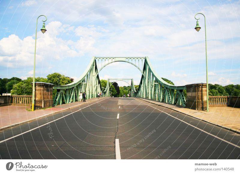 Glienicker Brücke Himmel Baum grün Straße Berlin Brandenburg Laterne Grenze DDR DDR-Flagge Fernsehturm Potsdam Havel
