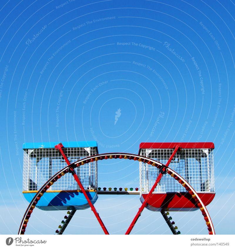 The Cromer Eye blau rot London klein leer paarweise Jahrmarkt England Blauer Himmel Riesenrad Wolkenloser Himmel Vergnügungspark Kinderkarussell London Eye Klarer Himmel Vor hellem Hintergrund