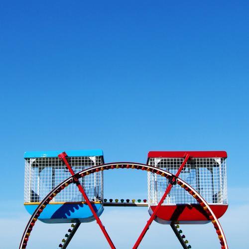 The Cromer Eye Jahrmarkt klein Vergnügungspark England Riesenrad London Eye Wolkenloser Himmel rot blau Blauer Himmel Farbfoto Außenaufnahme Menschenleer