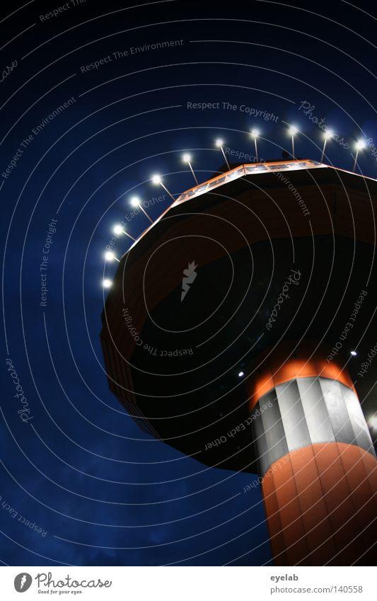 Begegnung der 4. Art Wahrzeichen Funkturm Licht Fluglotse Sicherheit Flugsicherheit Überwachung Nacht Wolken Säule Ecke Radarstation Flugzeug Hangar beobachten