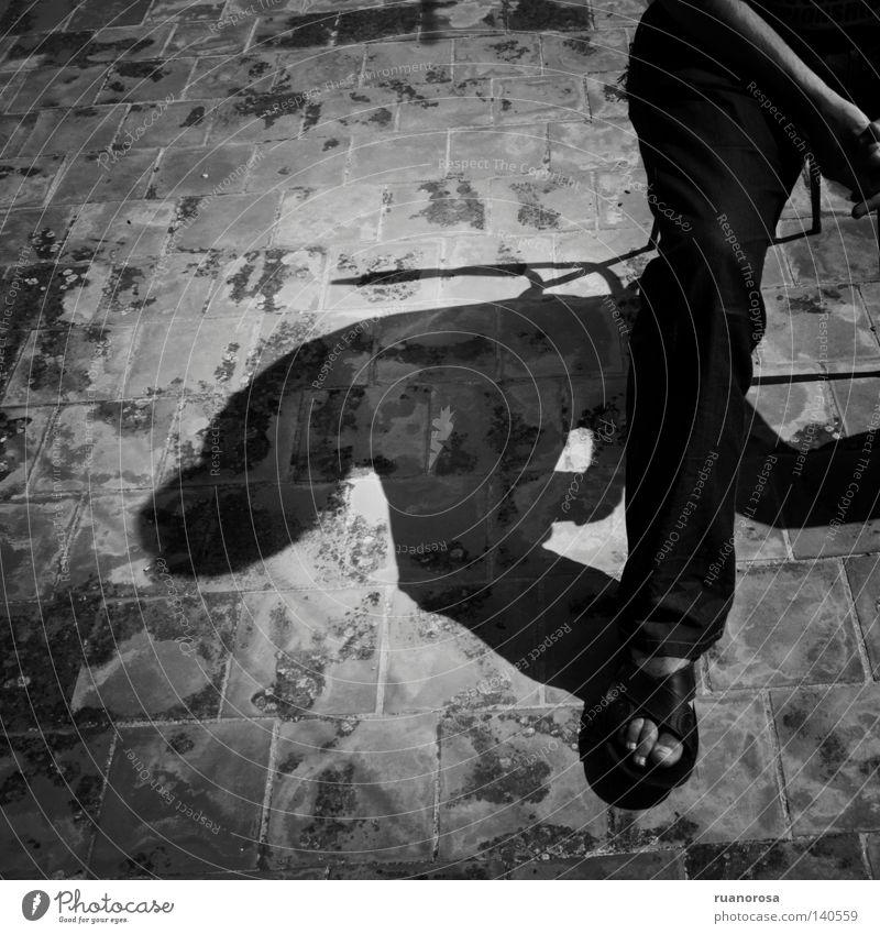Mensch Mann Jugendliche dunkel Fuß Schuhe Beine warten Finger Stuhl Boden Hose Moral verborgen