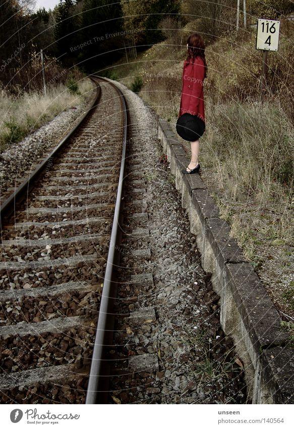 116 Freiheit Frau Erwachsene Natur Herbst Wald Bahnsteig Gleise Mantel Hut Stein rot Einsamkeit Wiedersehen vergessen Station Farbfoto Gedeckte Farben