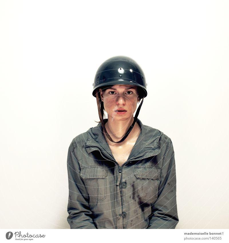 Nothing is Real but The Girl I Soldat Kriegsschauplatz Mensch Frau Erwachsene Jacke Helm kämpfen Aggression dreckig dunkel rebellisch stark wild Wut grün