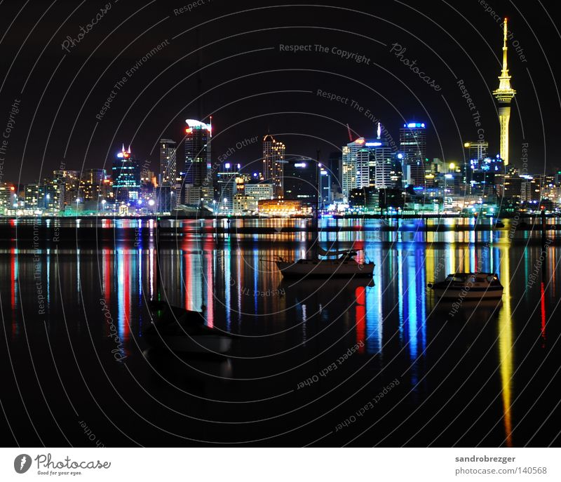 auckland@night Wasser weiß Meer blau Stadt rot ruhig gelb Farbe Wasserfahrzeug Hochhaus Hafen Spiegel Nacht Skyline