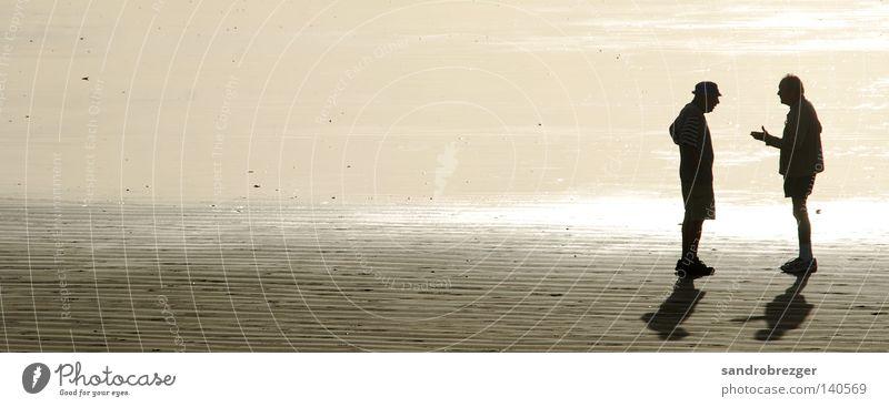 Das Strandgespräch Mensch Mann Herr Sonnenuntergang Gegenlicht Meer sprechen Sommer Senior Gelassenheit Vertrauen Kommunizieren alte leute man Hut Sand Linie