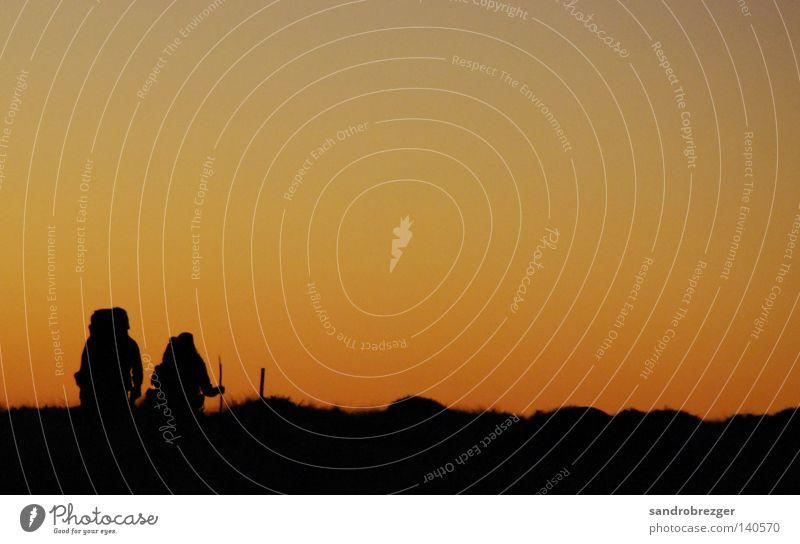 Nicht mehr weit schwarz dunkel Berge u. Gebirge Paar orange wandern paarweise Vertrauen Alpen Müdigkeit Stock Bergsteigen Neuseeland Rucksack