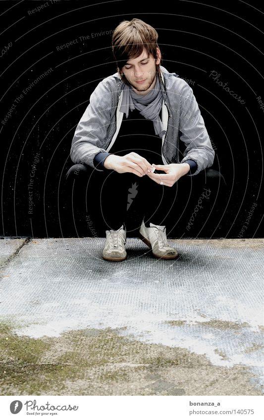 Milchmann Farbfoto Außenaufnahme schön Mann Erwachsene Jugendliche Denken Musik hören träumen Traurigkeit warten weinen ästhetisch authentisch außergewöhnlich