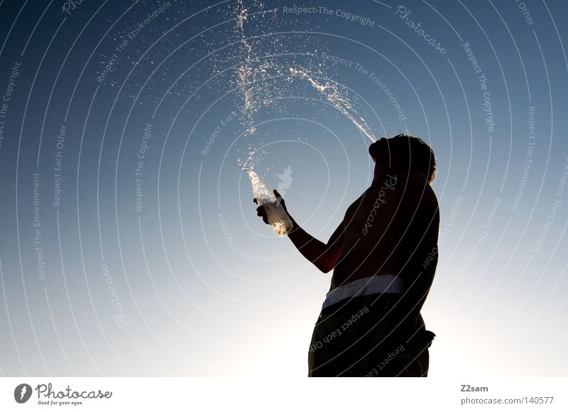 REFECTION Erfrischung spucken Verlauf Physik Sommer Gegenlicht schwarz Mann maskulin Unterhose Hose stehen Wasserflasche Kühlung trinken Freizeit & Hobby Mensch