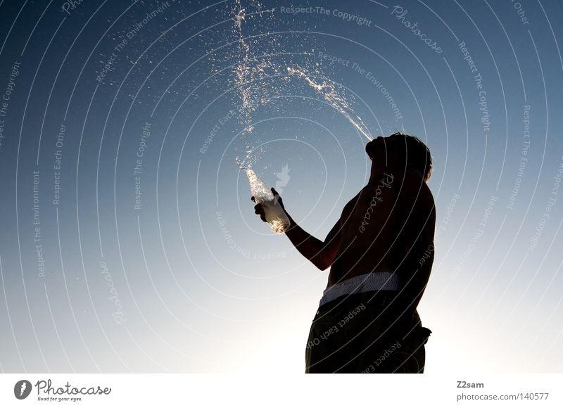 REFECTION Mensch Mann Wasser Himmel Sonne blau Sommer schwarz Wärme maskulin frisch trinken stehen Freizeit & Hobby Physik Hose