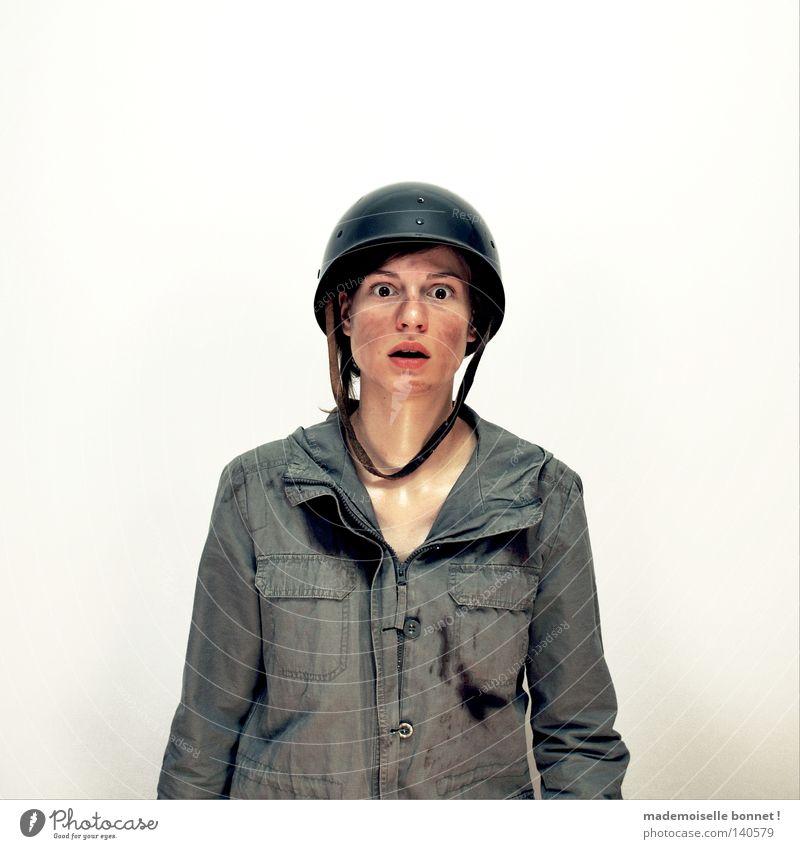 Nothing is Real but The Girl II Frau Mensch grün Einsamkeit Gefühle Angst dreckig wild kämpfen Soldat verwandeln Armee Schweiß erschrecken Metamorphose