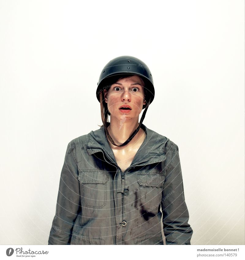 Nothing is Real but The Girl II Soldat Kriegsschauplatz Mensch Frau Erwachsene Uniform Helm kämpfen Blick dreckig wild grün Gefühle Einsamkeit Angst gefährlich
