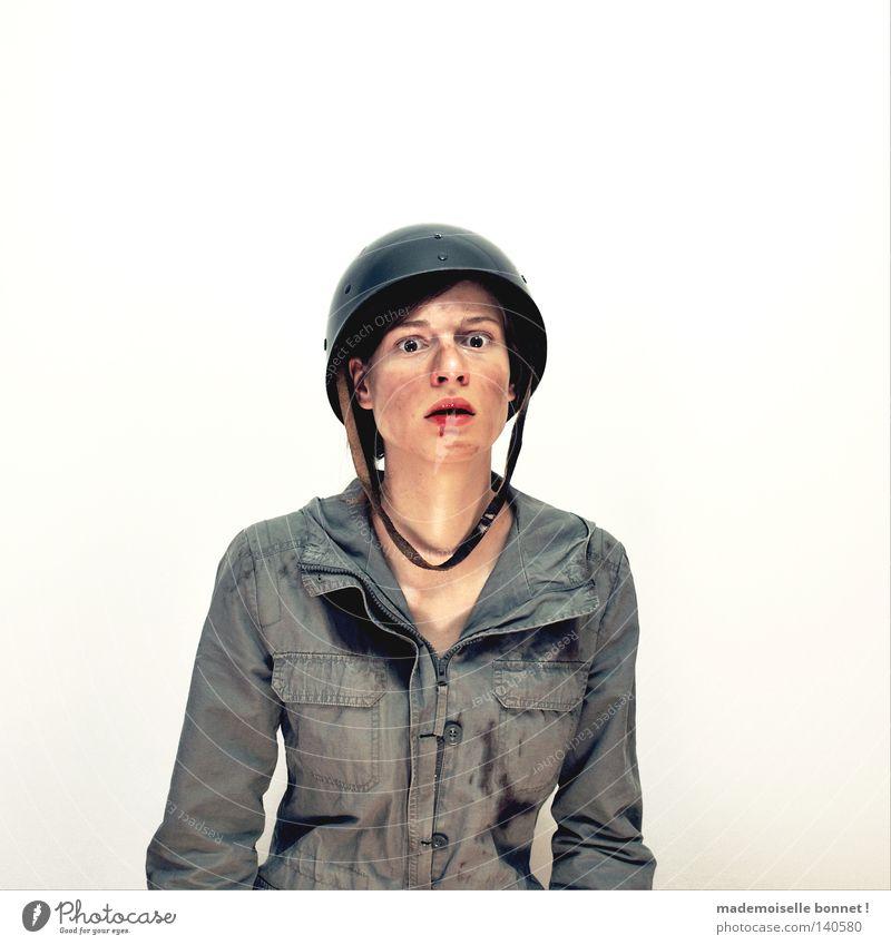 Nothing is Real but The Girl III Soldat Mensch Frau Erwachsene Helm Blut kämpfen Blick Traurigkeit dreckig rebellisch grün Gefühle Einsamkeit Angst gefährlich