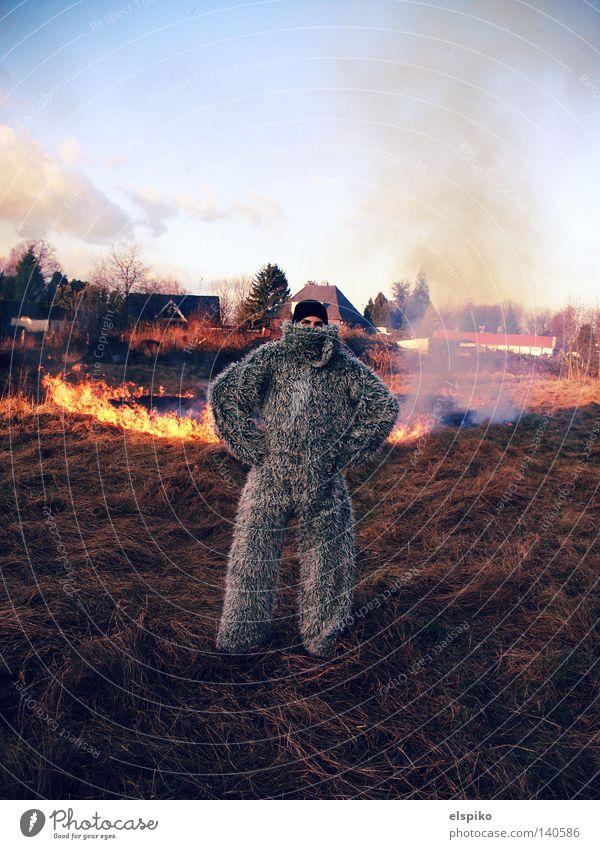 Burn Baby Burn! Feuer Wiese Gras Himmel Feld Flamme Rauch Karneval Heu trocken brennbar Brandstifter Mann Yeti Außenaufnahme