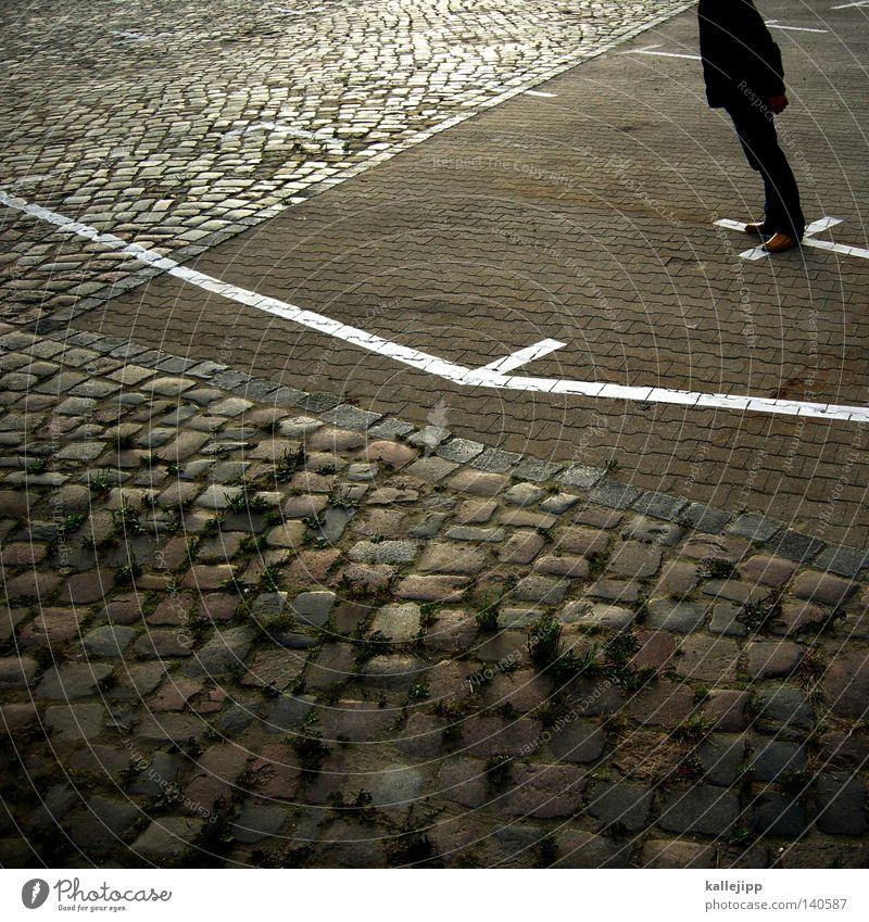 linienflieger Mann Mensch Typ Lebewesen kopflos Parkplatz Örtlichkeit Raum Platz Linie verrückt fallen Kopfsteinpflaster Pflastersteine fliegen Kreuz Kruzifix