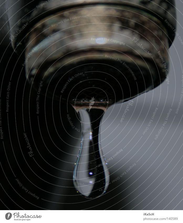 Drop Wassertropfen Tropfen Trinkwasser Wasserhahn nass fallen hängen Bad Waschbecken Haushalt