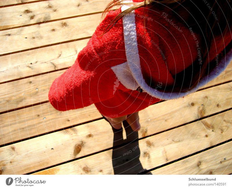 red coat Haare & Frisuren Freizeit & Hobby Mensch Frau Erwachsene Fuß Stoff Holz Streifen dunkel hell rot weiß Bademantel Außenaufnahme Barfuß stehen