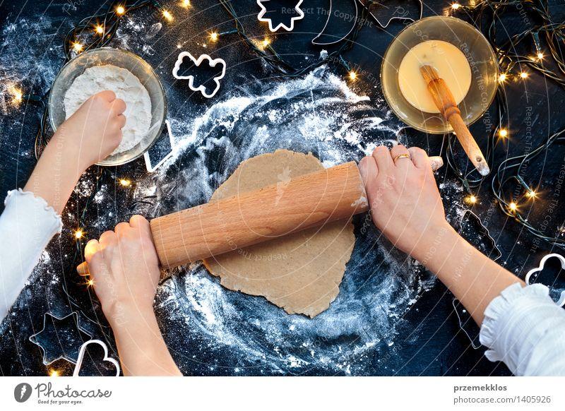 Mensch Frau Weihnachten & Advent Hand Mädchen Erwachsene Feste & Feiern Tisch Kochen & Garen & Backen Küche Ei machen geschnitten Mehl Weihnachtsgebäck