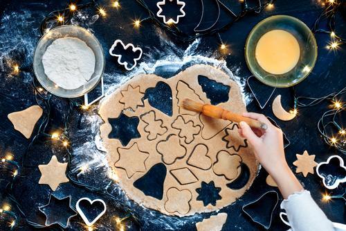 Mädchen, welches die Weihnachtsplätzchen macht Mensch Weihnachten & Advent Hand Feste & Feiern Tisch Kochen & Garen & Backen Küche viele Ei machen geschnitten